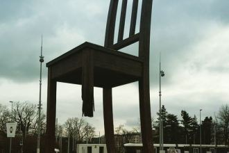 The Broken Chair at Gebrochener Stuhl Genf Commissioned by Handicap International Mine Ban Treaty JUUCHINI