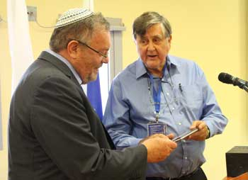 David Irvine , Chairman of the Australian Cyber Security Research Institute, presents a gift to Bar-Ilan University President Rabbi Prof. Daniel Hershkowitz