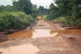 Lelouma : les citoyens se mobilisent pour colmater les nids de poule