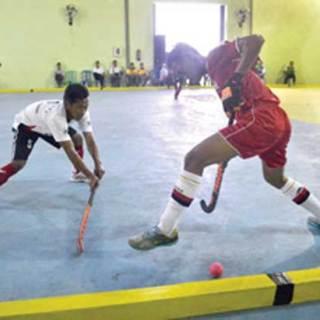 Pemain_hoki_Banyuwangi_(putih)_ditekuk_Kota_Surabaya_dengan_skor_3-0_di_arena_-hoki_Disperindagtam_Jatim_Desa_Cluring,