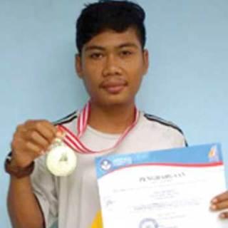 Rukun_Adi_Santoso_memegang_medali_perak_dan_piagam_O2SN.