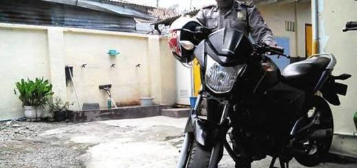 Kapolsek-Sempu-AKP-Jaenur-Holiq-menuntun-Honda-Megapro-yang-dicuri-Samsuri
