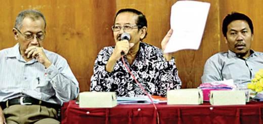 (dari-kiri)-Tutut-Hariyadi,-Waridjan,-dan-Achmad-Wahyudi-dalam-konferensi-pers-di-ruang-F-4-kampus-Untag-Banyuwangi-kemarin.