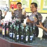 Kapolsek-Cluring,-Iptu-Bejo-Madrias-(kanan),-bersama-anggota-usai-menyita-minuman-beralkohol-dari-tiga-toko-di-wilayahnya-kemarin
