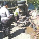 Kondisi-truk-setelah-menghantam-motor-dan-tembok-rumah-warga-di-Desa-Sumberbulu,-Kecamatan-Songgon,-Banyuwangi,-kemarin.