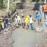 Pekerja-memasang-plengsengan-di-Sungai-Apur-di-Dusun-Ringinmulyo,-Desa-Ringintelu,-Kecamatan-Bangorejo,-Banyuwangi,-kemarin