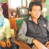 Syaifur-Rohman,-31,-(kanan)-bersama-istrinya-Riska-Aulia,-24,-di-rumahnya-di-Dusun-Krajan,-Desa-Tambong-kecamatan-Kabat,-kemarin