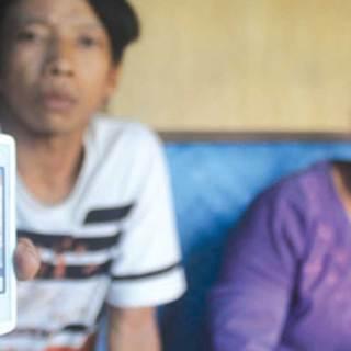 Sri-Astutik-bersama-salah-satu-anaknya,-Dedi-Supriyanto,-menunggu-kepastian-pemulangan-Suprihatin-Hadi,-kemarin