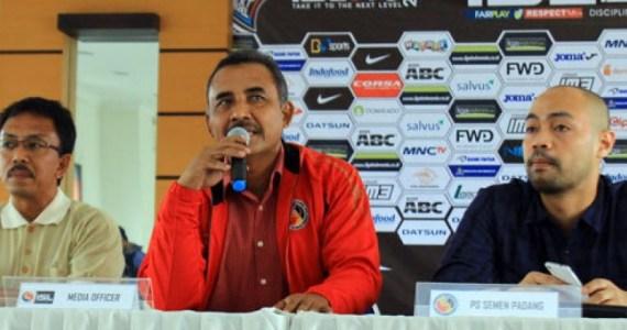Manager Semen Padang FC, Suranto (tengah). Foto : Republika