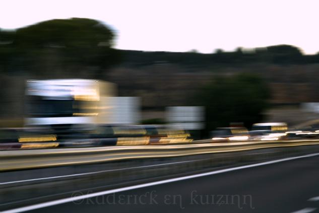 """Flou des phares sur la route pour le thème """"lumière"""" du projet 52"""