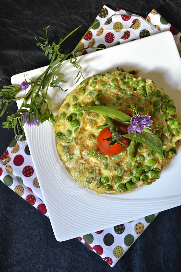 Légumes de printemps en millefeuille d'omelette