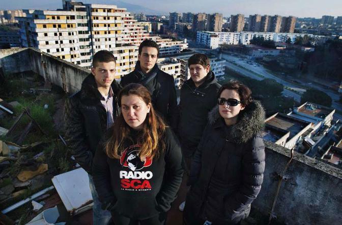 Napoli, ore 14.42 Lo staff di Radio Sca, la radio di Scampia fondata con l'obiettivo di promuovere meccanismi di integrazione sociale nel quartiere. foto Sandrino De Mei