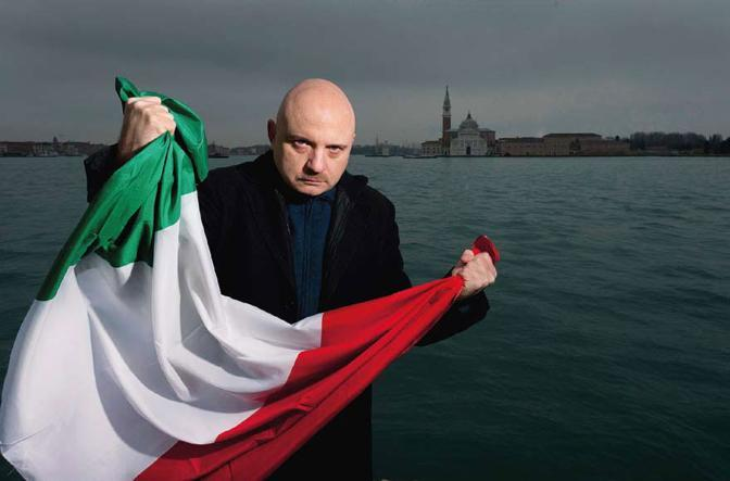 Venezia, ore 15.58 Lo scrittore Tiziano Scarpa, romanziere, poeta, autore teatrale, che nel 2009 vinse il premio Strega con il suo «Stabat mater», stringe una bandiera tricolore. Foto Graziano Arici
