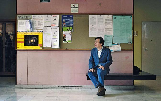 oma, ore 13.18 Il fisico italiano Giorgio Parisi nei corridoi della facoltà di Fisica dell'università La Sapienza.  è considerato il padre della teoria del caos o della complessità. foto Luigi Baldelli