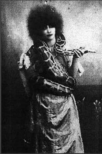 La-marchesa-Luisa-Casati-negli anni Venti con un serpente al collo ad un ballo dei Beaumont