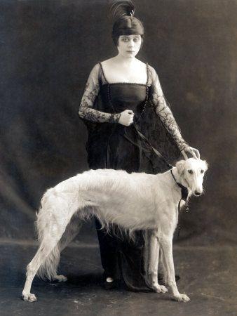 theda bara con il suo levriero russo, belva, 1916