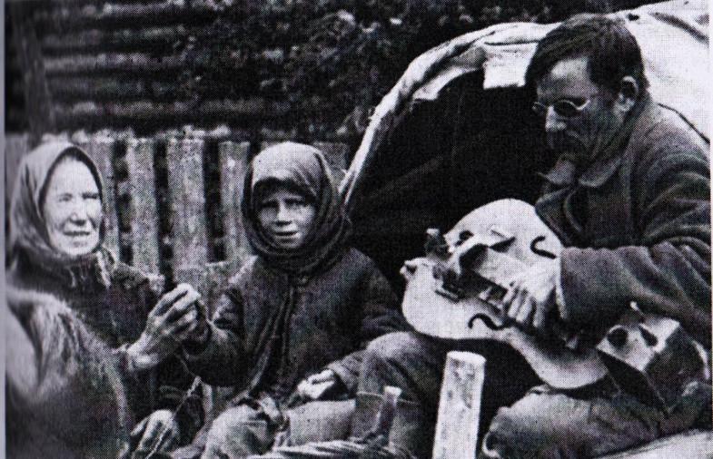 liroldo bielorusso cieco con bambina che passa per le offerte, 1937, via dziady di piotr grochowski, edizioni paralele-2