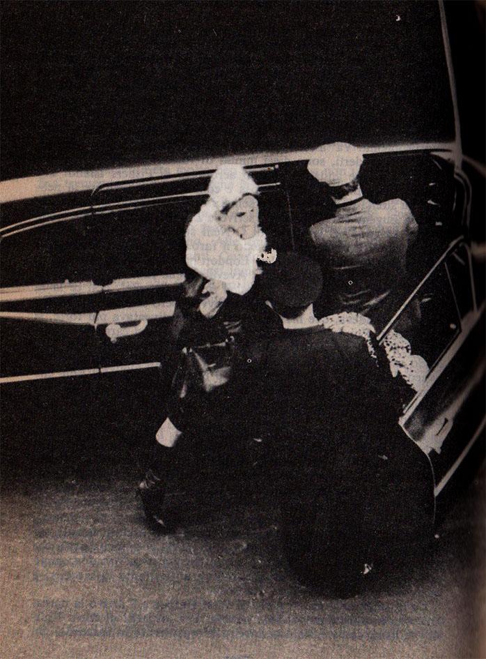 Edie Sedgwick davanti alla sua limousine