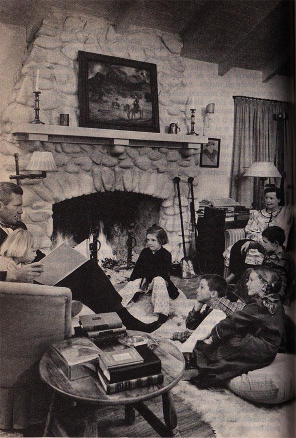 la famiglia Sedgwick che legge davanti al caminetto