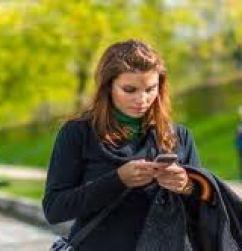 Bahaya Mengetik Di Handphone Saat Berjalan