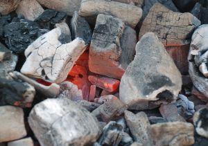 Charbon de bois rouge, Wikimedia/Romary