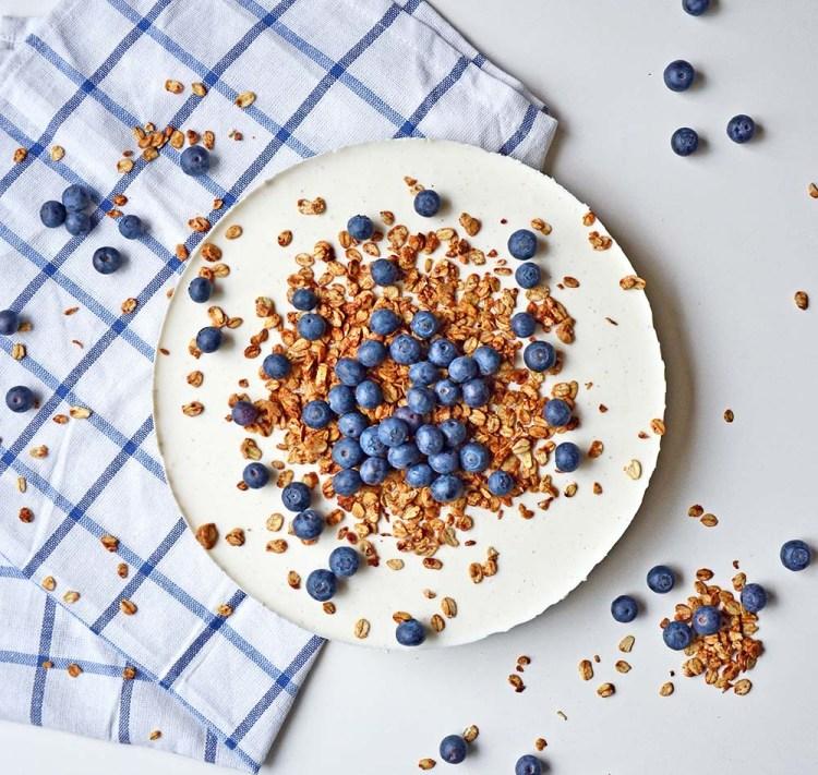 Sunn, proteinrik ostekake toppet med blåbær og ristet havregryn