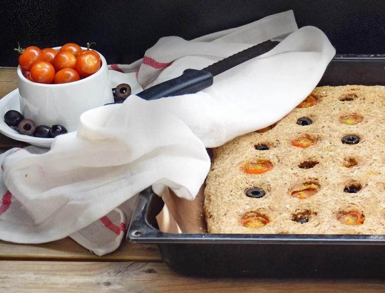 Grov focaccia med tomat og oliven