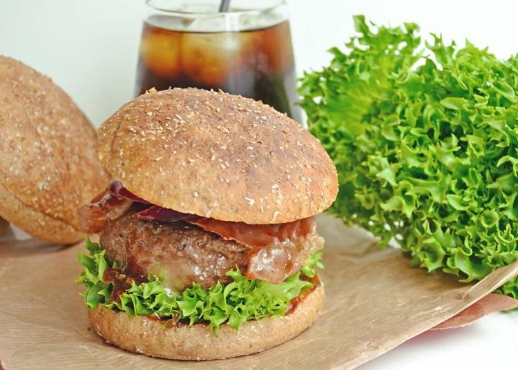 BBQ-burger med innbakt ost og parmaskinke