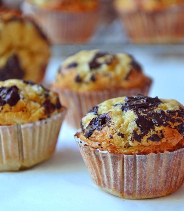 Sunne, saftige peanøttmuffins toppet med sjokolade