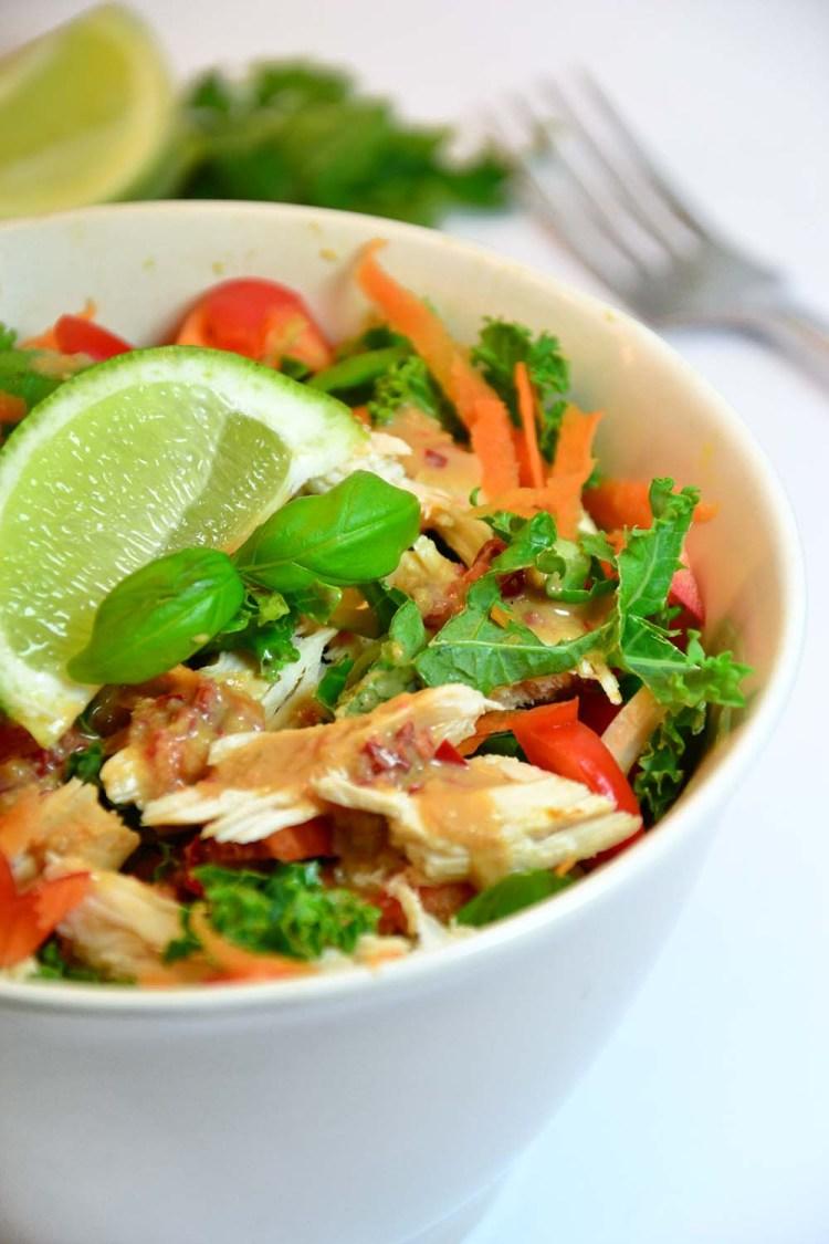 Thaisalat med kylling og peanøttsaus