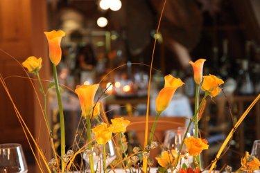 Stimmungsvolles Blumengesteck im herbstlichen Goldton