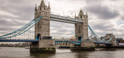 Tower Bridge over the River Thames in London, England. Cropped to 16 : 9 aspect ratio (Fujifilm X100S, 1/1000 sec, ƒ4, ISO200)