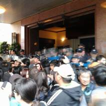 Scuffle in front of the parliament (Photo by 敏紅)