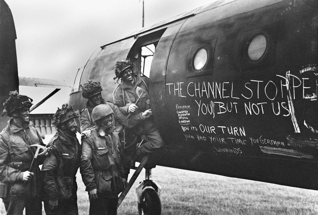 british-paratroopers-admire-graffiti