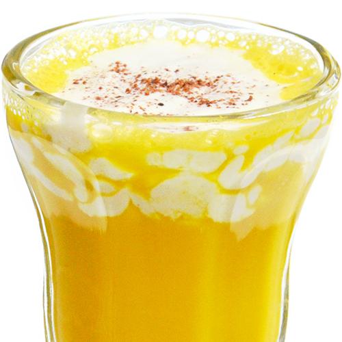 Leche dorada de calabaza con nata de sésamo