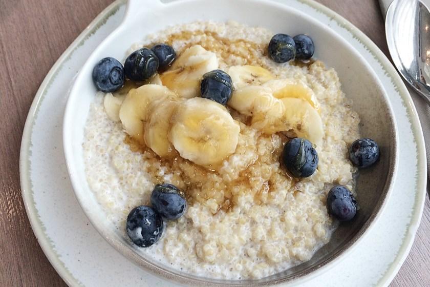 Para los amantes del porridge, esta versión con quínoa de la Darwin Brasserie es un winner. Lleva quinoa, leche de coco, arándanos, plátano y canela con sirope de arce. La sirven calentita.
