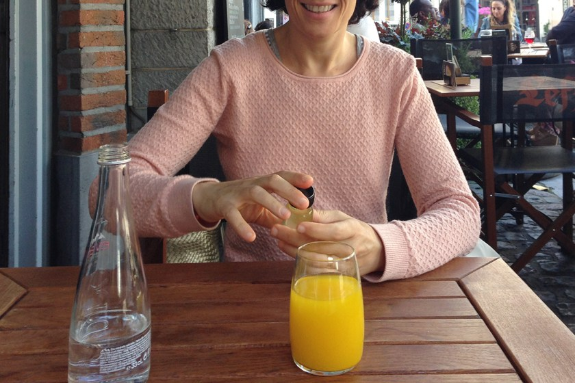 Brussels, zumo de cúrcuma y naranja.
