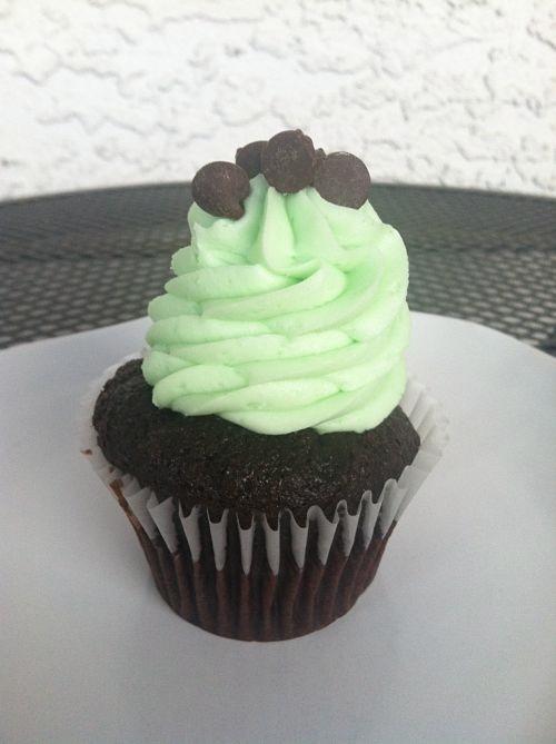 mint chocolate chip cupcake icing cupcakery lenexa kansas