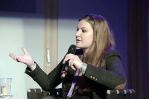 """Kim Seidler als Moderatorin bei der Diskussionsreihe """"Im Fokus"""""""