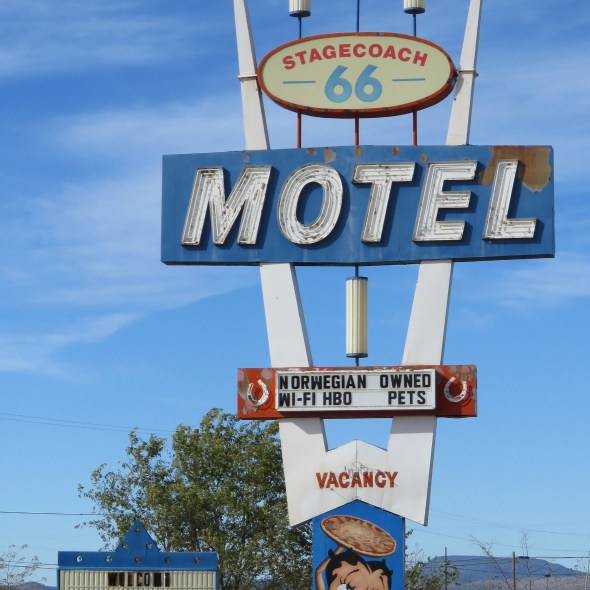 stagecoach_66_motel_and_the_pizza_joint_seligman_arizona_20151109