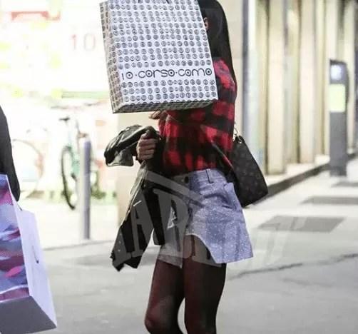 Belen Rodriguez, dito medio ai paparazzi in strada a Milano