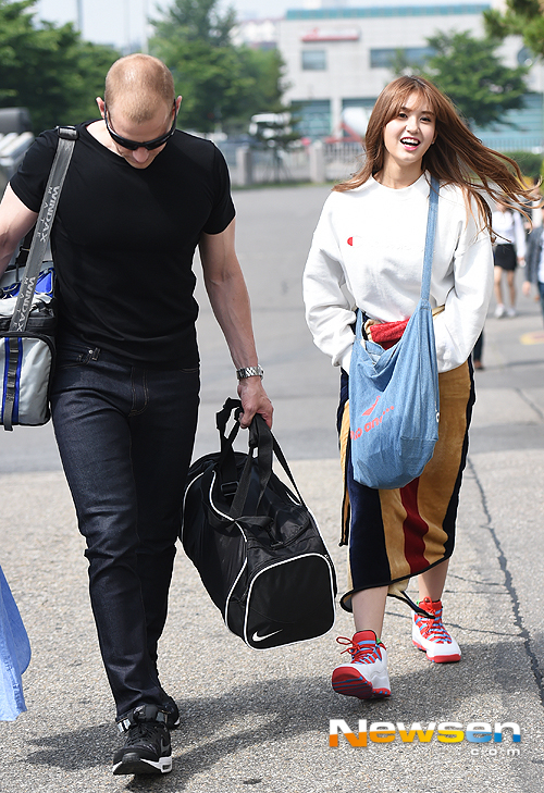 Image: Father-daughter Matthew Douma and Jeon Somi walking to Glad Together 3 recording / Newsen