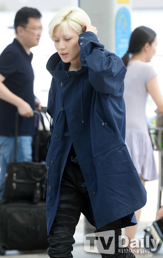 Image: Slicking back his hair as he walks toward the departure entrance at the Incheon International Airport / TV Daily