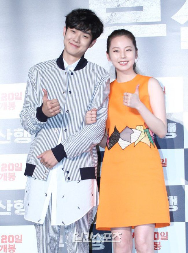 Image: Actors Choi Woo Sik and Sohee giving a thumbs up to the press during conference for film Teach to Busan