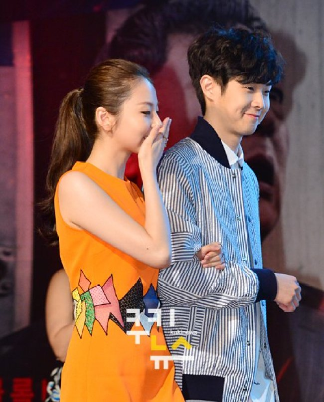 Image: Sohee and Choi Woo Sik walking on stage together arm-in-arm
