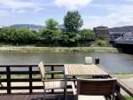 カフェ床 川沿いの席