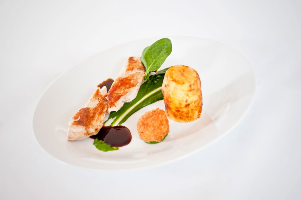 Knuspriger Bauerngockel mit cremigem Spinat und gebackenem Bio-Ei
