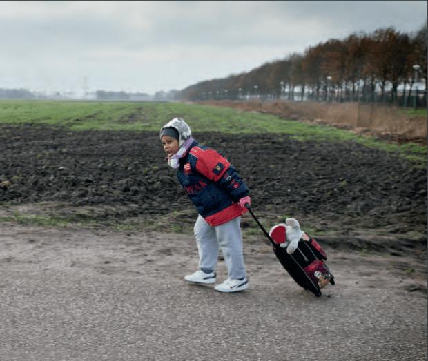 asielzoekerskindje in polderlandschap