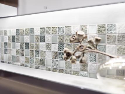 Fliesentrends Akzente für Wand und Boden Küchenplaner-Magazin - weisse kuche mit mosaikfliesen