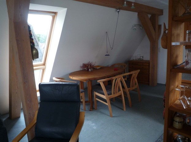 Der Essbereich liegt nahe der Küchenzeile - offen übergehend in den Wohnbereich.